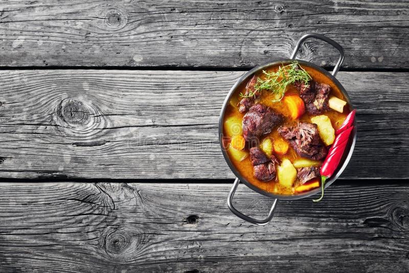 Över huvudet sikt av den jamaikanska kryddiga currygeten royaltyfria bilder