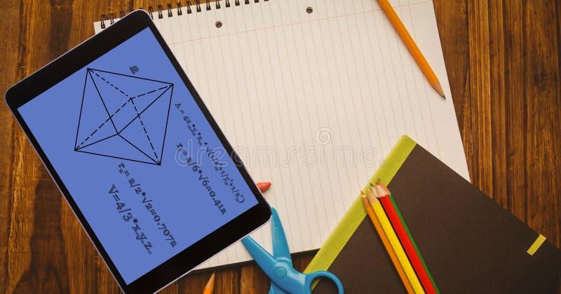 Över huvudet sikt av diagrammet med formel i digital minnestavla på boken på tabellen arkivbilder