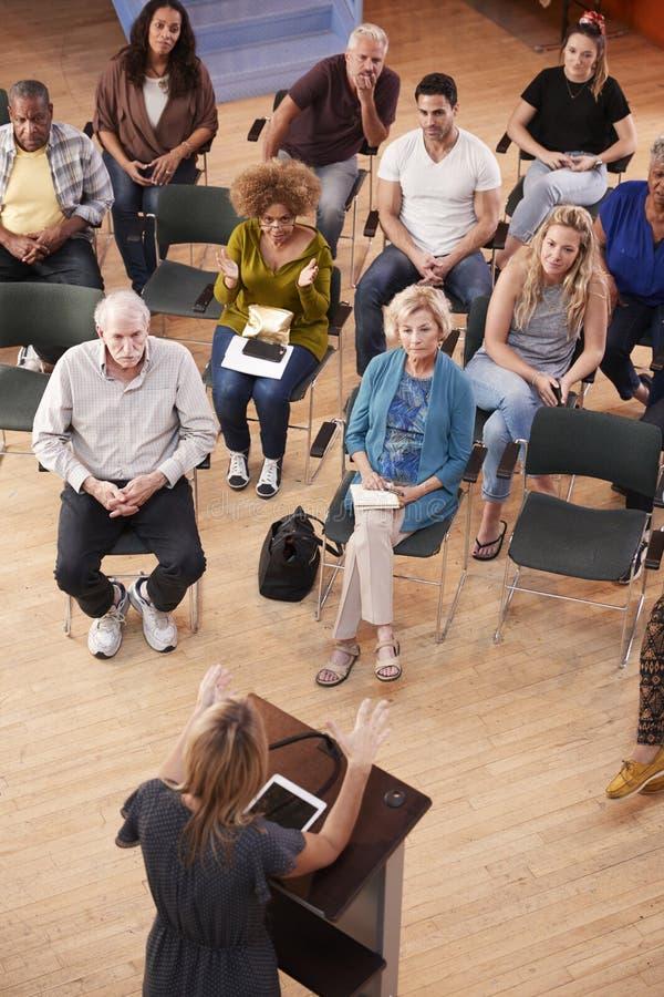 Över huvudet sikt av gruppen som deltar i grannskapmöte i allaktivitetshus arkivfoton