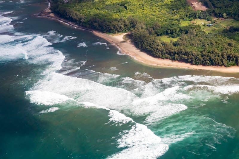 Över huvudet sikt av havvågor som kraschar på en sandig tropisk strand royaltyfria bilder