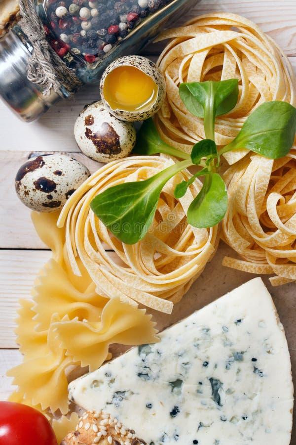 Över huvudet sikt av ingredienser för ett italienskt pastarecept på rost royaltyfri bild