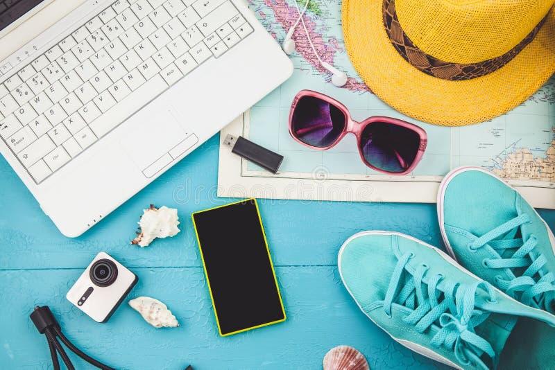 Över huvudet sikt av planet för lopp för tillbehör för handelsresande` s, tursemester, turismmodell Instagram som ser bild av det arkivbilder