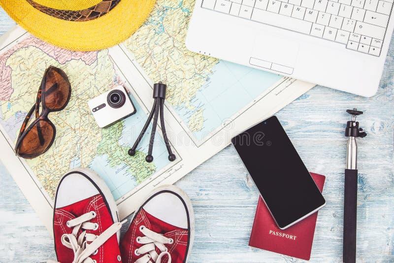 Över huvudet sikt av planet för lopp för tillbehör för handelsresande` s, tursemester, turismmodell Instagram som ser bild av det royaltyfri fotografi