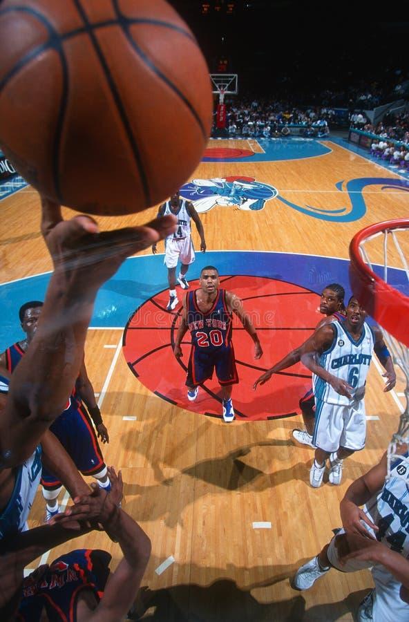 Över huvudet sikt för basketmatchhandling arkivfoton