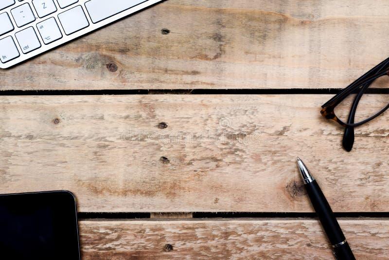 Över huvudet sikt för modernt kontor av ställeobjekt för skrivbord och för idérikt arbete på trätabellen royaltyfri fotografi