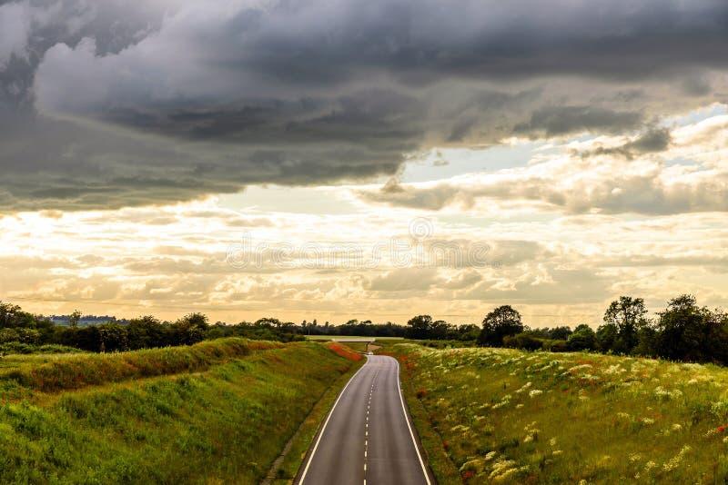 Över huvudet sikt för UK-motorwayväg på dagsljus royaltyfri bild
