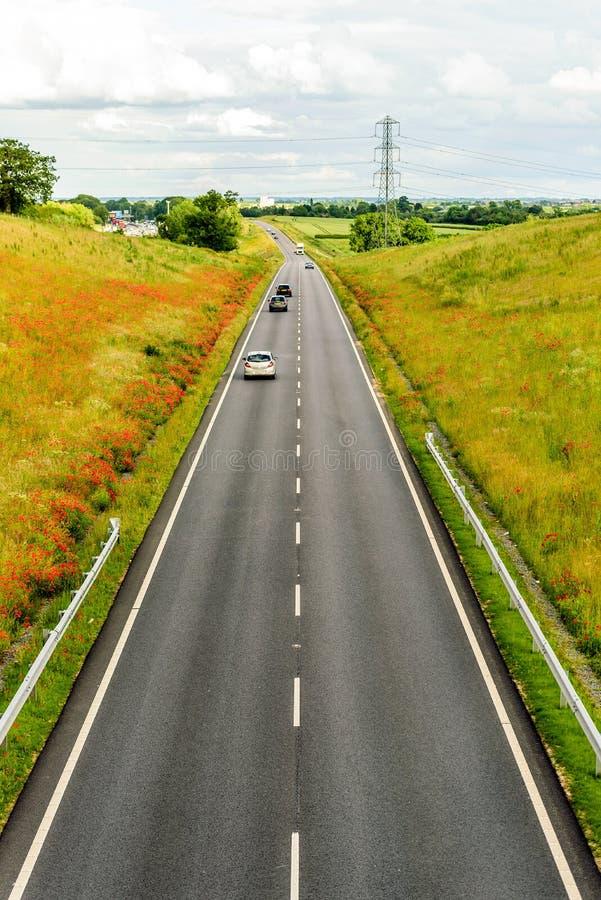 Över huvudet sikt för UK-motorwayväg på dagsljus royaltyfria foton