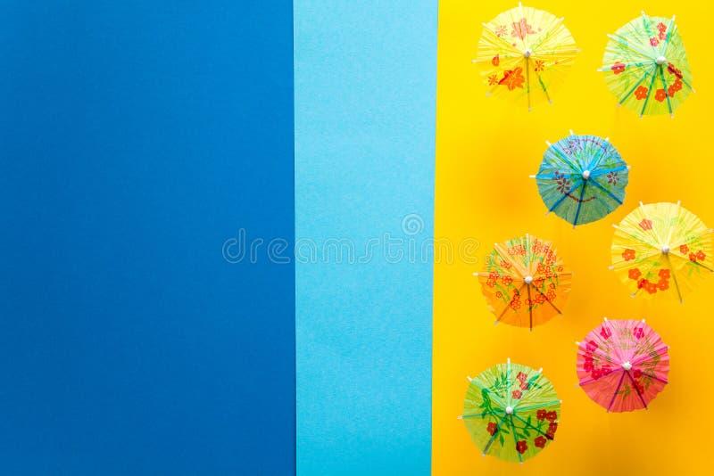 Över huvudet sikt på stranden med paraplyer och havet med fartyg Minsta begrepp för havslopp och för sommarsemester Pappers- orig arkivfoto