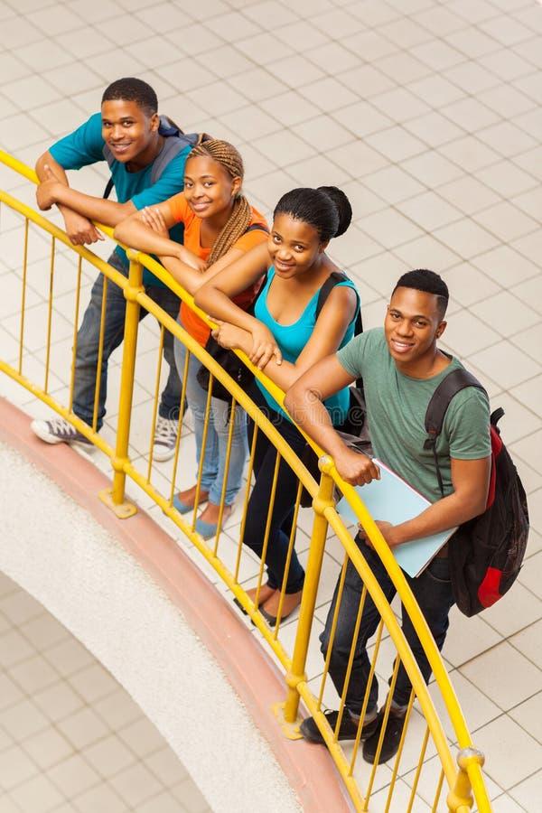 Över huvudet siktsstudenter arkivfoton