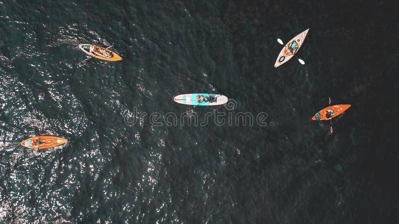 Över huvudet skott av folk i små roddbåtar i vattnet royaltyfria bilder