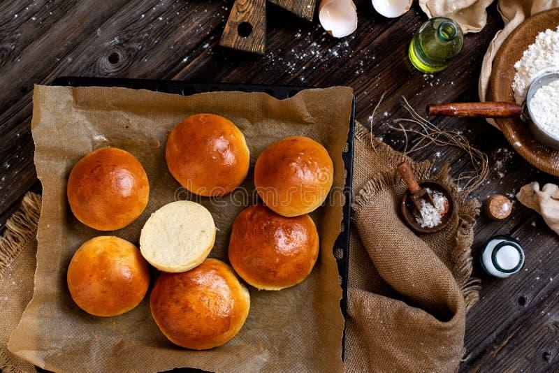Över huvudet skott av hemlagade bakade smakliga bullar för hamburgare eller frukost fotografering för bildbyråer