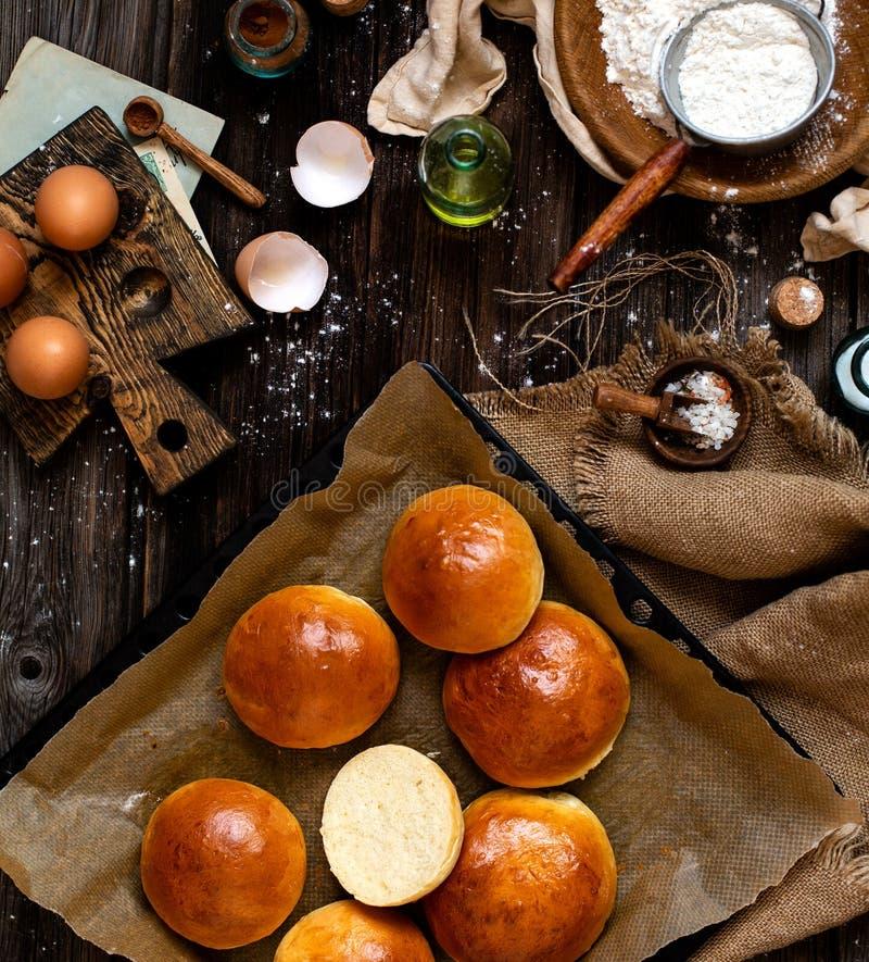 Över huvudet skott av hemlagade bakade smakliga bullar för hamburgare eller frukost royaltyfri foto