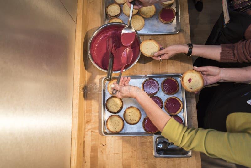 Över huvudet skott av två kvinnlig som sätter driftstopp på pannkakor royaltyfria foton