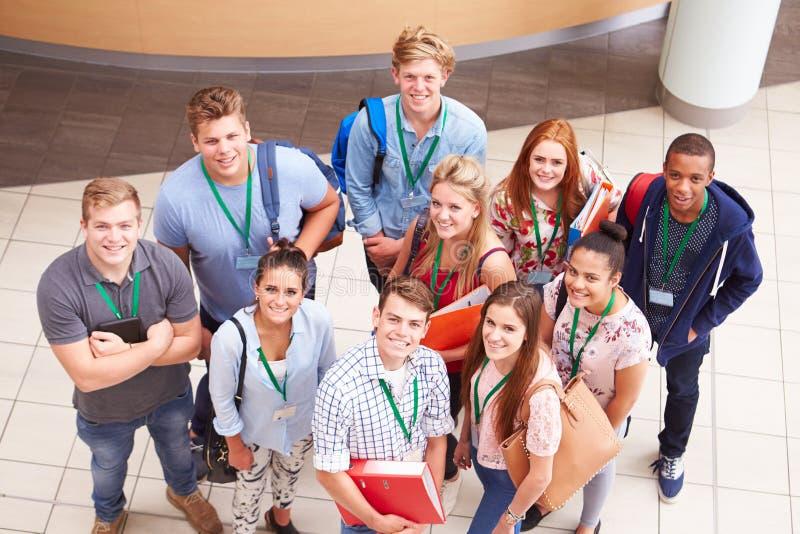 Över huvudet stående av högskolestudenter som står i hall arkivfoton