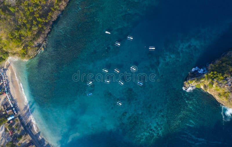 Över huvudet surrskottJukung fartyg på Crystal Bay på Nusa Penida, Bali - Indonesien royaltyfria foton