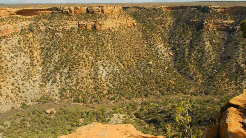 Över kanjonen fördärvar i avståndet fotografering för bildbyråer
