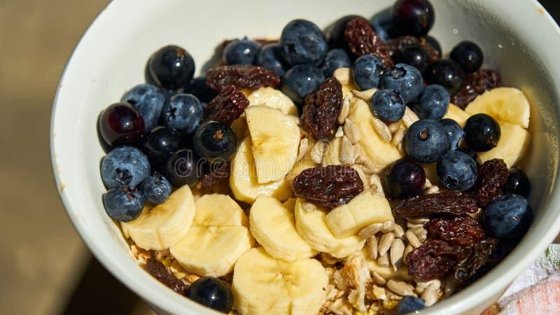 Över natten havre med nya blåbär och bananer royaltyfria foton