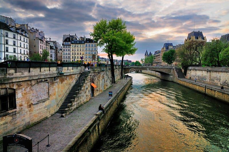 över paris seinesolnedgång royaltyfri bild