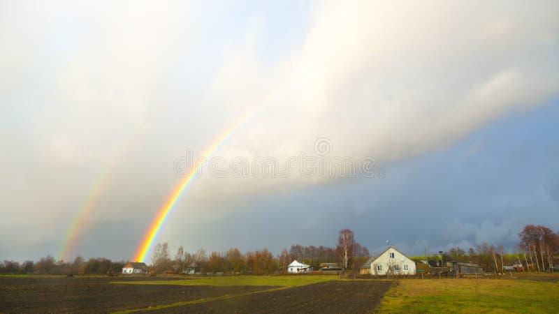 över regnbågeby royaltyfri fotografi