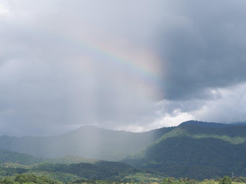 över regnbågen någonstans arkivbilder