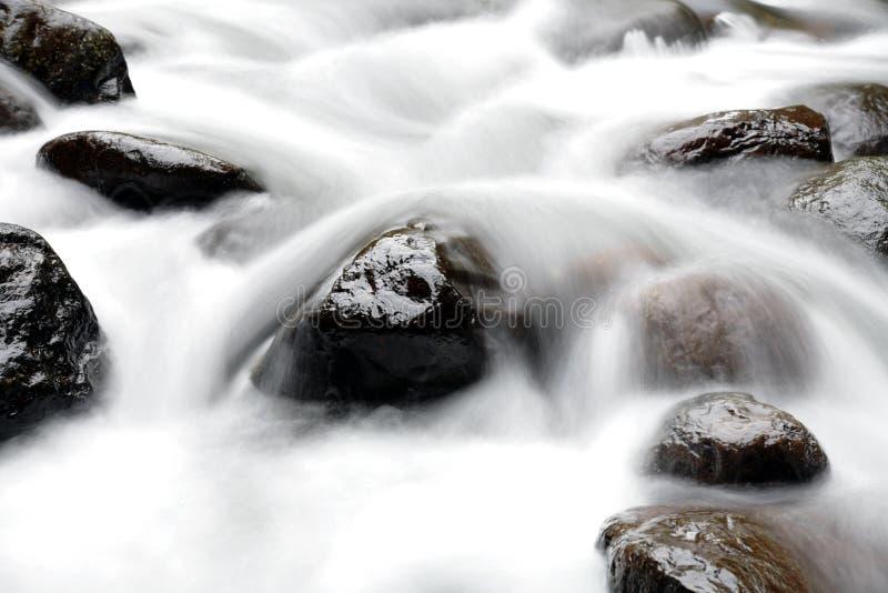över rocksvatten arkivfoto