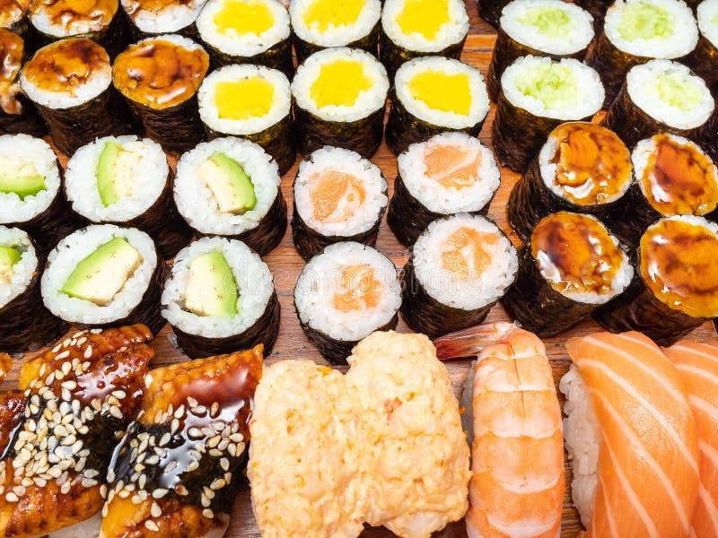 Över sikt av många av sushi och rullar arkivbild
