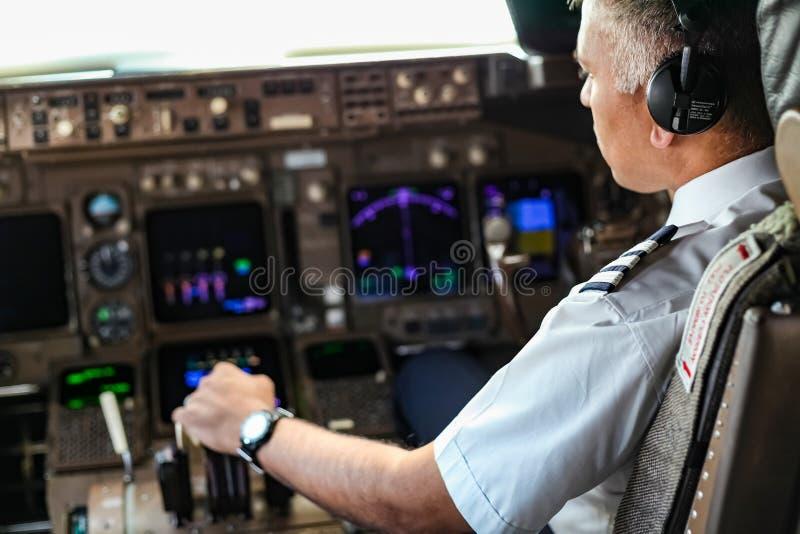 Över skuldran av en indisk pilot i en jumbocockpit royaltyfri bild