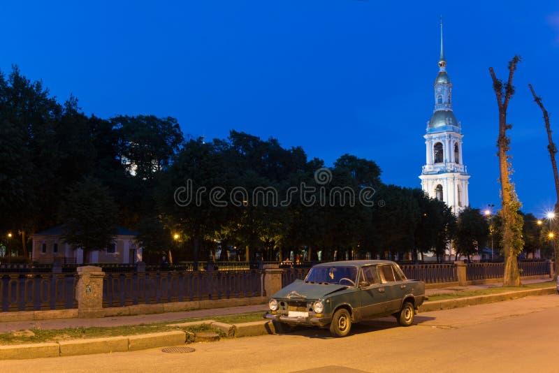 över slott för bronevanätter lyftte petersburg white för flodrussia st royaltyfri foto
