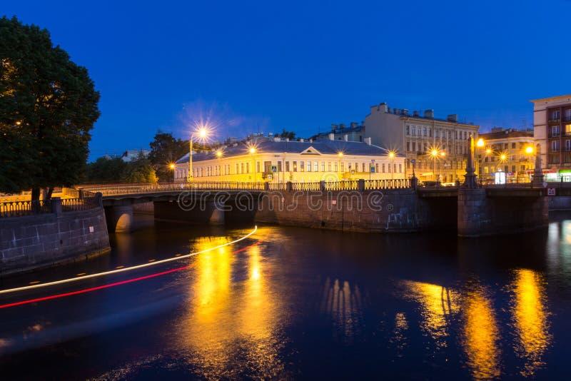 över slott för bronevanätter lyftte petersburg white för flodrussia st royaltyfri fotografi
