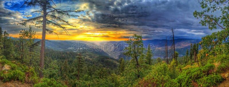 över solnedgångdalen yosemite arkivfoton