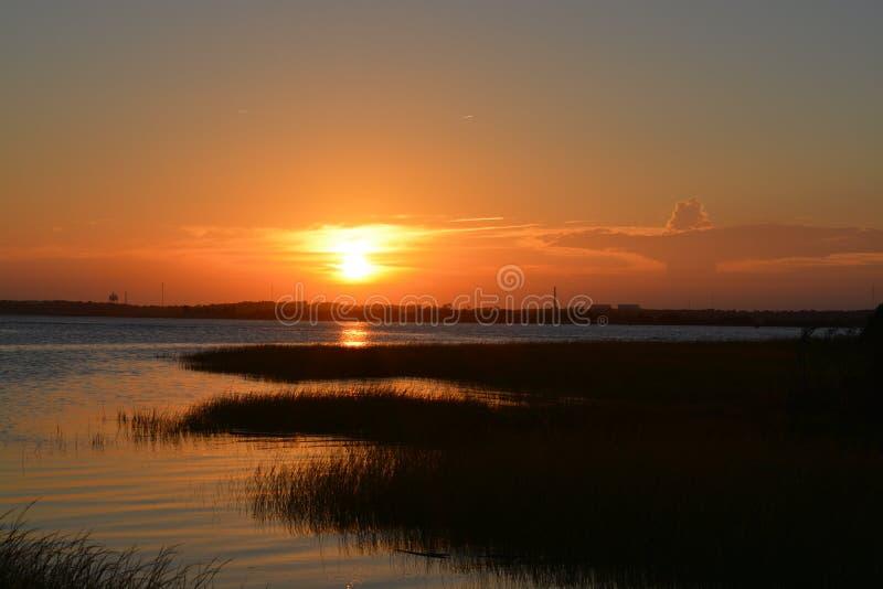 över solnedgångvatten arkivfoto