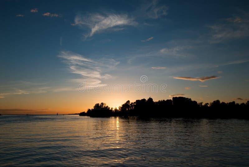 över solnedgångvatten arkivbild