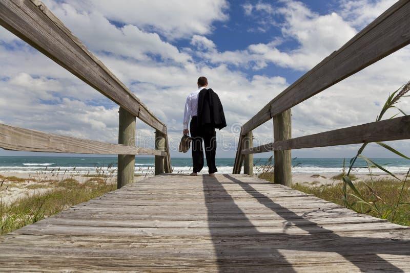 över strandaffärsmannen som ser havet till arkivbild