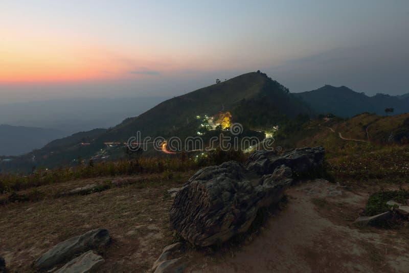 Över varje berg finns det en bana royaltyfria foton