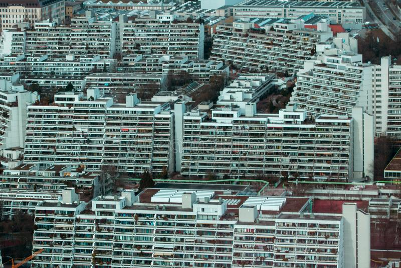 Överbefolkad uppehälle i staden arkivfoto