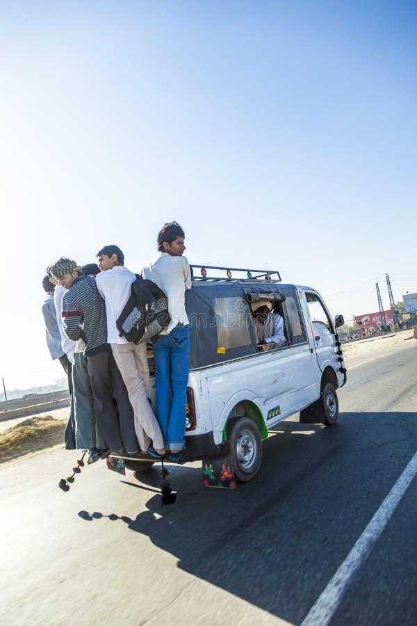 Överbelastningstaxi på YAmuna den uttryckliga vägen arkivfoto