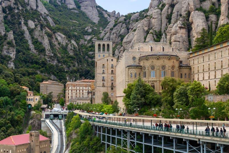 Överblick över Montserrat med berg bakom fotografering för bildbyråer