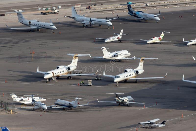 Överblick av rampen för privat stråle på McCarran den internationella flygplatsen Las Vegas med åtskilliga lyxiga strålar som par arkivbilder