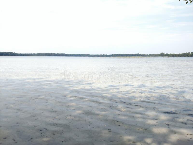 Överblick av sjön och sandshorelinen royaltyfri foto