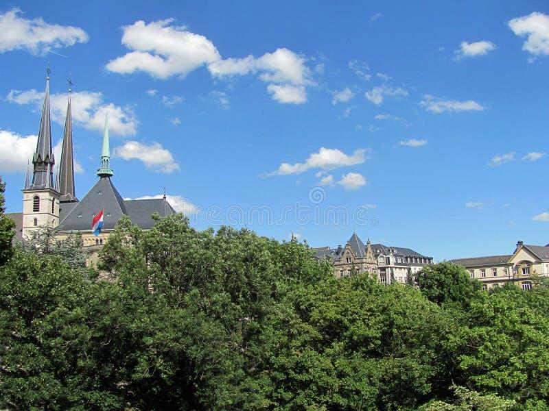 Överblick av staden från kullen i Luxembourg royaltyfri foto