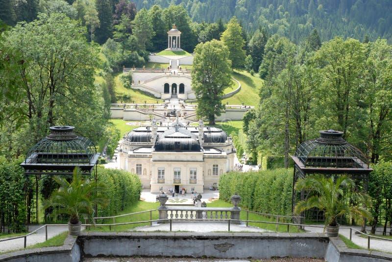 Överblick bakifrån Linderhof slott i Bayern (Tyskland), trädgården arkivbilder