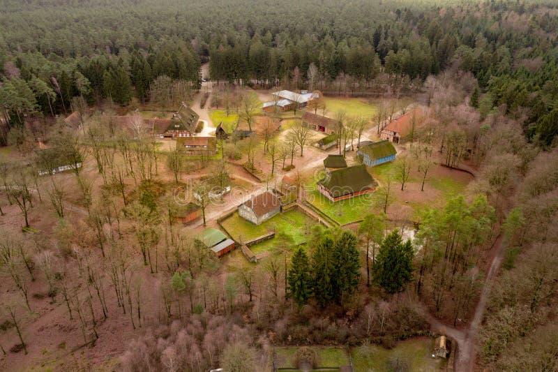 Överblick från en höjd av 80 metrar över Hösseringen det frilufts- museet i rgeren Heide för ¼ för LÃ-¼nebà nära Suderburg arkivfoto