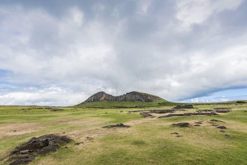 Överblick långt av det Rano Raraku vulkanvillebrådet av moaisna royaltyfria foton