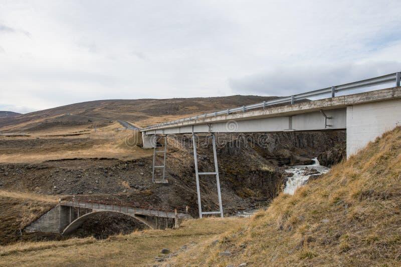 Överbrygga att korsa den Gilsa floden i Jokuldalur i Island arkivbilder