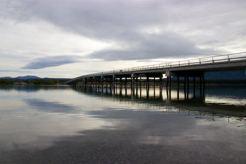 Överbrygga att reflektera i sjön i Tagish, Yukon, Kanada fotografering för bildbyråer