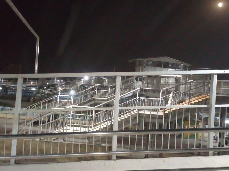 Överbrygga belysning och skönhet av trappa på järnvägsstationen arkivfoton