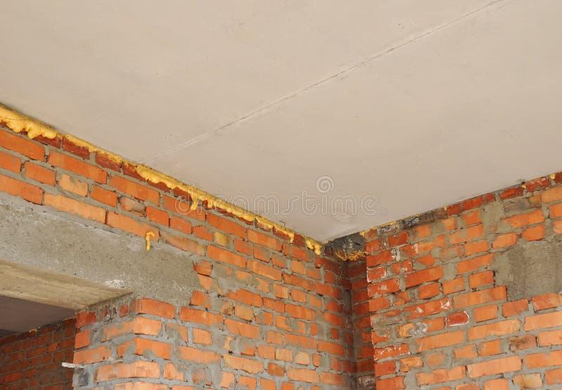 Överbrygga för Thermal: Förlust för hem- isolering & för förminskande värme inomhus för energi - besparing Förhindra att överbryg royaltyfri fotografi