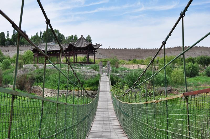 Överbrygga förutom Jiayuguan'sens fort i Jiayuguan, Gansu, Kina arkivfoton