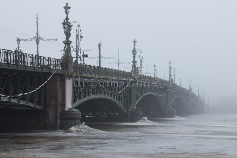 Överbrygga i dimman royaltyfria bilder