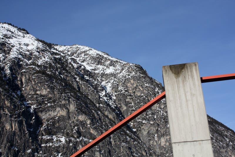 Överbrygga i fjällängberg i Österrike i vinter royaltyfri foto
